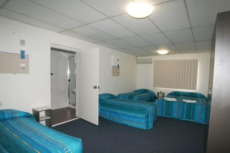 QUEEN 3 SINGLES/ 4 SHARE Q3 4 sare 5 share - Motel Accommodation Townsville - Cedar Lodge Motel